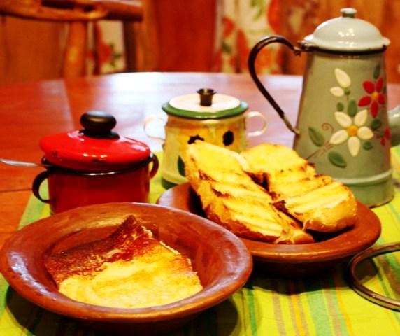 Pão francês grelhado na manteiga e queijo manteiga, ótima opção para jantar ou café da manhã