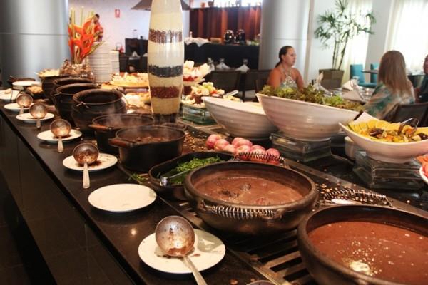 A feijoada do restaurante Origens, do Radisson, tem mais de quarenta itens (carnes, saladas, caldinho, sobremesas e uma caipirinha de brinde). Não tem balança e pode repetir à vontade