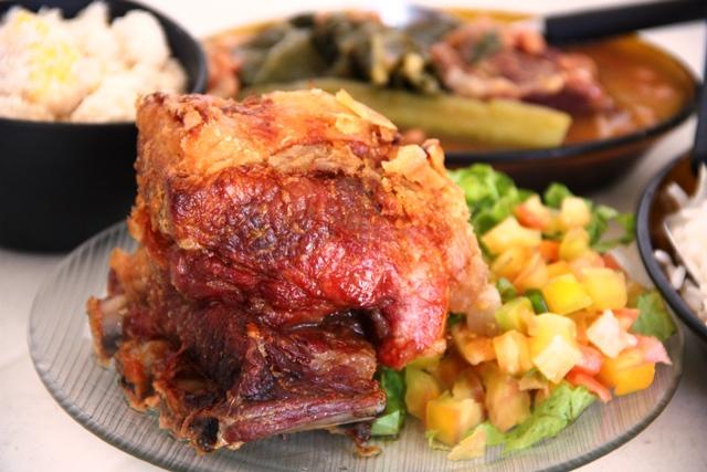 Sucesso do Boteco do Tonho: costela de porco com feijão caseiro, farofa de ovos, vinagrete e arroz