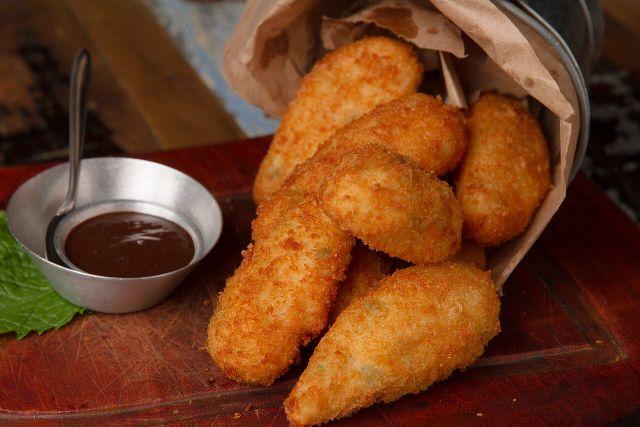 DIVINA GULA Coxinha caipira tradicional - Recheio de galinha desfiada, empanado em fina camada, sequinha e crocante