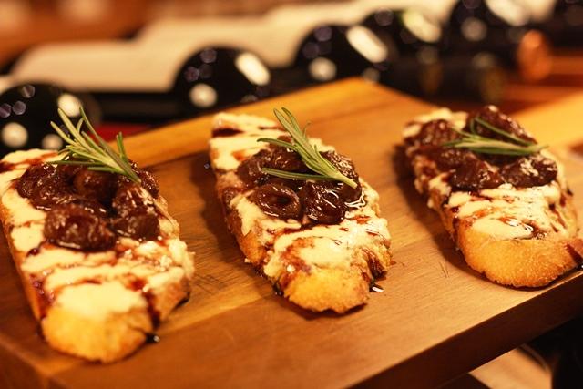 Bruquestas de queijo de cabra com uvas reduzidas ao vinho do Porto.