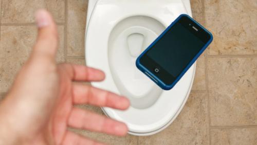O que você deve (ou não) fazer se seu telefone cair na água